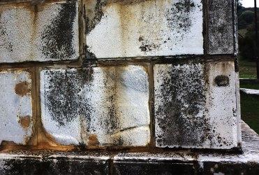 Μαρμάρινα μέλη από τον περίβολο του τύμβου Καστά που φέρουν χαρακτηριστικές γραμμωσεις (πηγή: pothos.org)