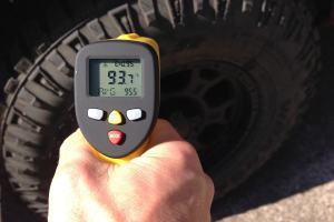 measuring truck tire temperature with eT650D temperature gun