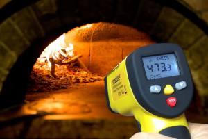 Measuring pizza oven temperature with ennoLogic eT650D temperature gun