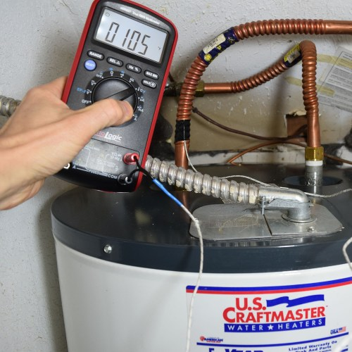 measuring water heater pipe temperature with multimeter ennoLogic eM860T