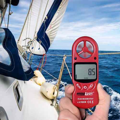 Anemometer ennoLogic eA980R measuring wind speed in knots sailing