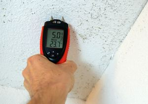 using the ennoLogic moisture meter eH710T to measure moisture on bathroom drywall ceiling with mold