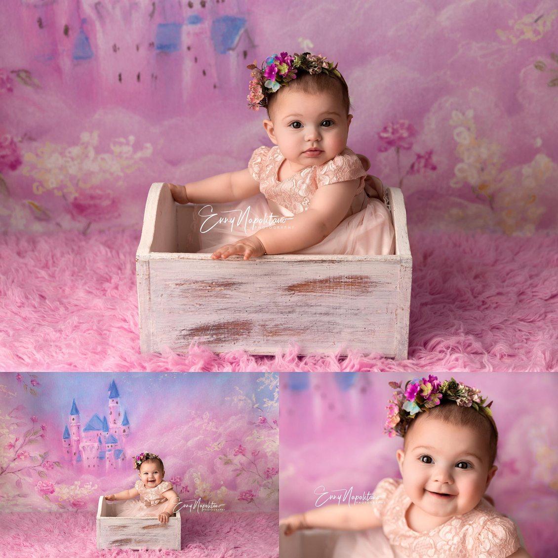 Fotografie di una bimba che ride dentro un lettino  in uno studio fotografico per bambini a Milano, Pavia, Monza, Bergamo, Varese