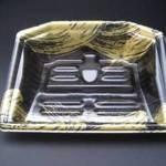 スーパーの「漆塗り風デザインのトレー」を「本漆」で再現したお皿です。