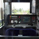 あるゲーセンの「電車でGO」、窓から見える隣のゲームのせいで全然集中できないwww