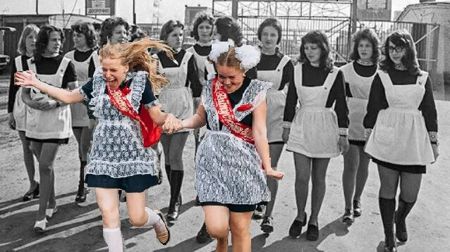 Как менялись школьные наряды выпускниц при СССР, фото от 40-х годов до наших дней. За укороченные платья, нескромных выпускниц осуждали и при СССР. Сравнение -выпускники и выпускницы, 40-х, 50-х, 60-х, 70-х, 80-х, 90-х, 00-х годов. Как менялись костюмы и платья выпускников прошлых лет (фото)