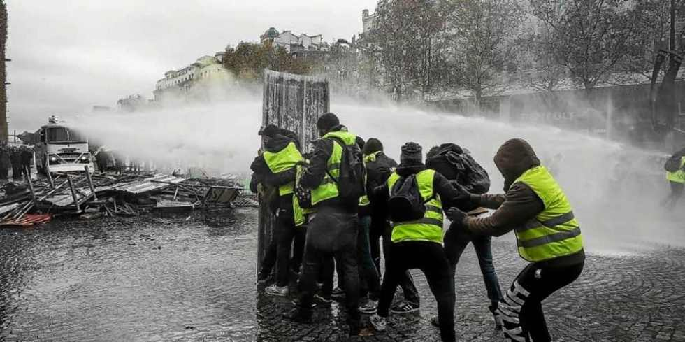 water-canon-against-protestors