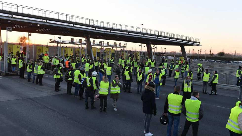 yellow-vesters-blocking-a-toll-collection-point