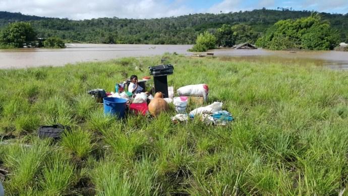 Na quinta-feira, rios Uailã e Maú encheram repetinamente; na imagem divulgada pelo Exército no mesmo dia, índia aguarda socorro após cheia súbita de rios (Foto: Exército/Divulgação)