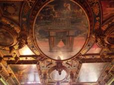 Hay pinturas y esculturas en el techo en uno de los salones del museo de la ciudad, en el Ratusz, la alcaldía.