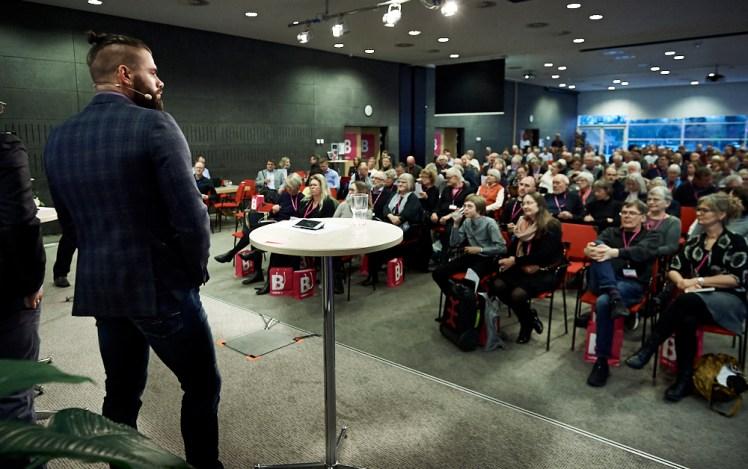 Billedet er taget i starten af præsentationen, og folk var så fokuserede og koncentrerede under hele forløbet.