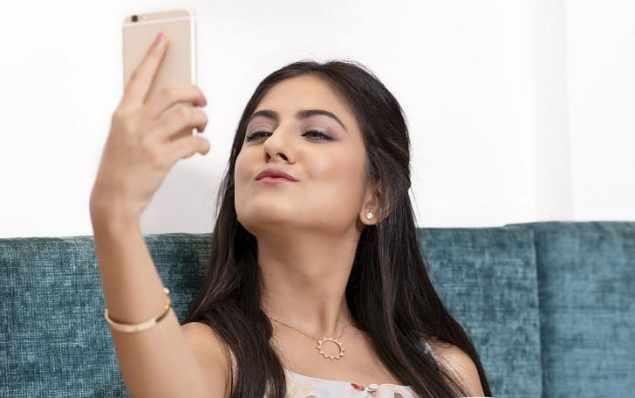 mujer haciendo selfie
