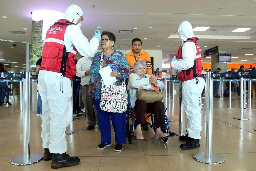 Viajeros que llegaron al aeropuerto José Joaquín de Olmedo, Guayaquil, usaron mascarillas para evitar un contagio