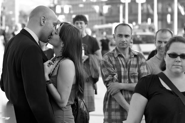 人前でキスするカップル