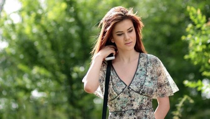 遠距離片思い中の男性に告白の電話を掛けようか迷っている女性