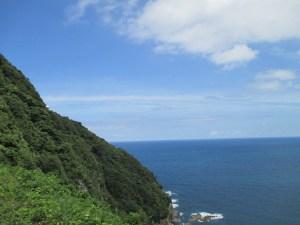 駐車場からかすかに見える経ケ岬灯台