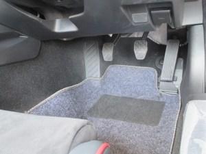 新型ロードスター 運転席のMTの足元