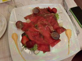 Carpaccio di manzo marinato ai tre pepi con insalata