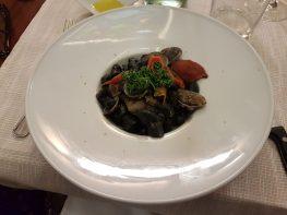 Gnocchetti freschi al nero di seppia con vongole veraci, pomodori confit e zeste di agrumi