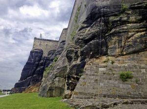 01_Felsenwand zum Haupteingang 1