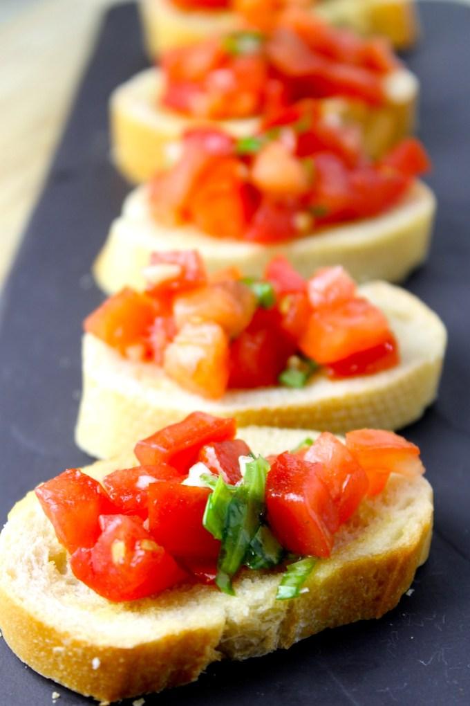 bruschette con tomate y albahaca