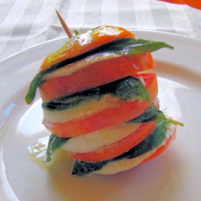 ensalada capresa, napoleón de ensalada capresa, insalata caprese, capresa, ensalada de tomate con mozarela y albahaca