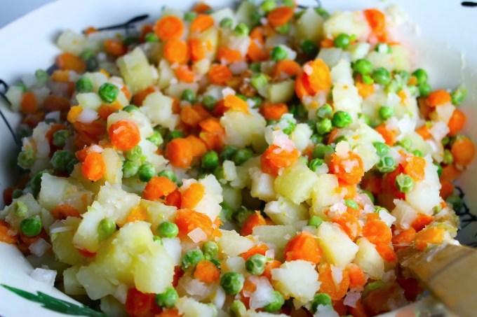 preparación de ensalada de gallina scannone