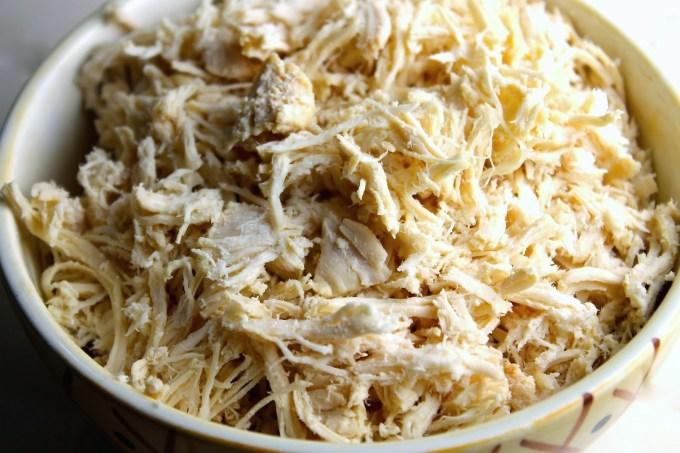 pollo deshebrado para hacer la tradicional ensalada venezolana de Navidad