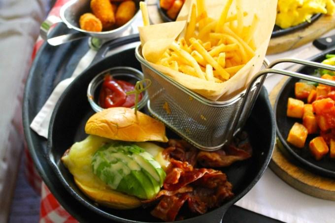hamburguesa, papas fritas, brunch en dolores lolita