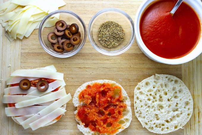 ingredientes para mini pizzas para Halloween, pizzas de momia