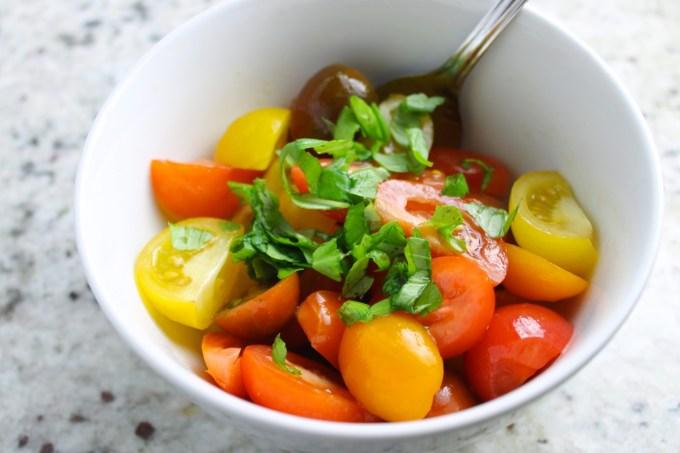 ensalada de tomates con albahaca, ensalada de tomates multicolores, tomartes multicolores, mezcla de tomates y albahaca para hacer ensalada capresa multicolor