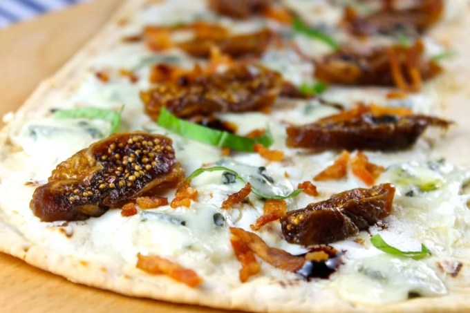 Flatbread pizza with figs and Gorgonzola - SAVOIR FAIRE by enrilemoine