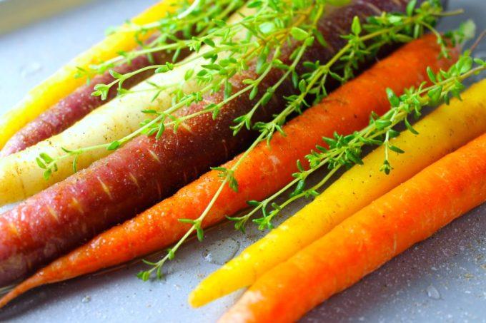 Zanahorias asadas con tomillo, zanahorias multicolores co tomillo