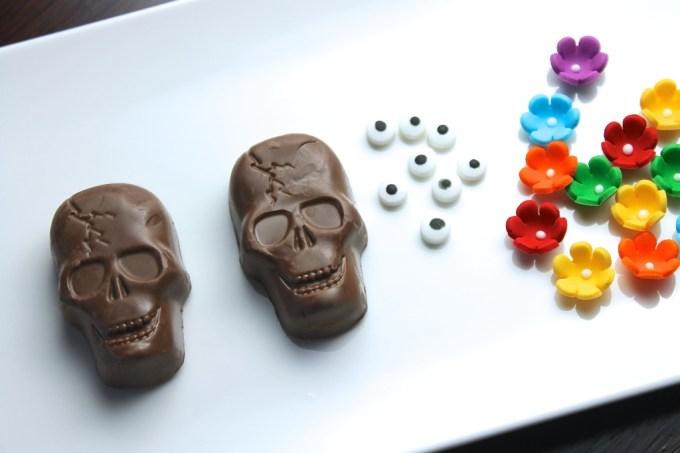 calaveritas y flores para decorar mini pasteles de chocolate para el día de muertos