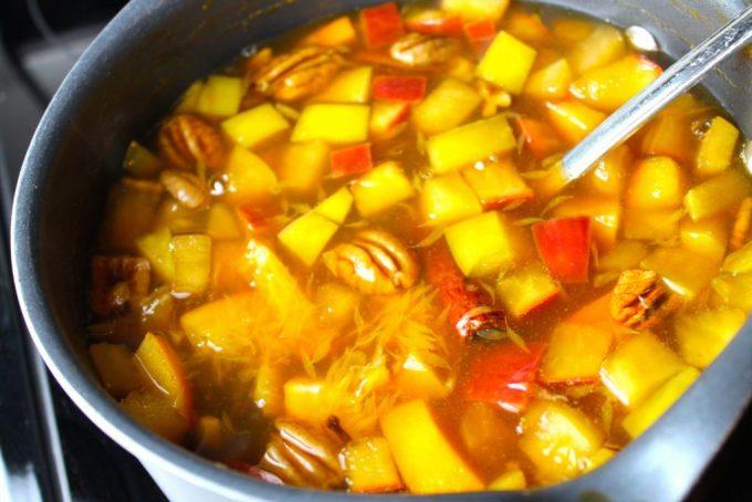 preparación de Ponche navideño de frutas y especias