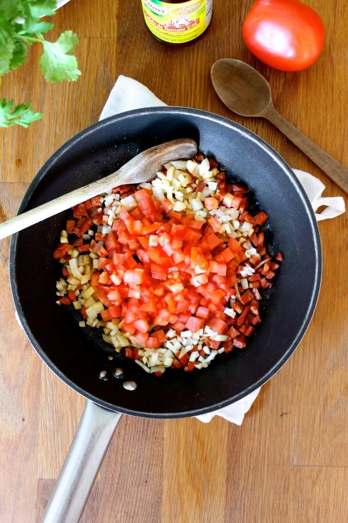 ingredientes para hacer Arepas con huevos revueltos con chorizo