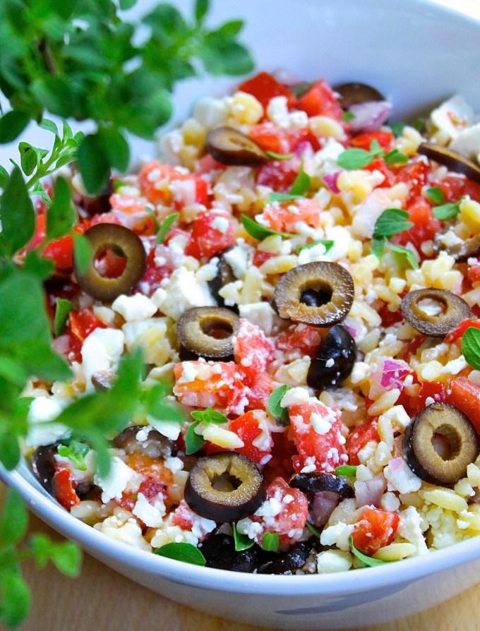 Está ensalada mediterránea de orzo se prepara con tomate, queso de cabra y orégano frescos. Haz clic para la receta. #AD #montchevre #montchevreisgoat