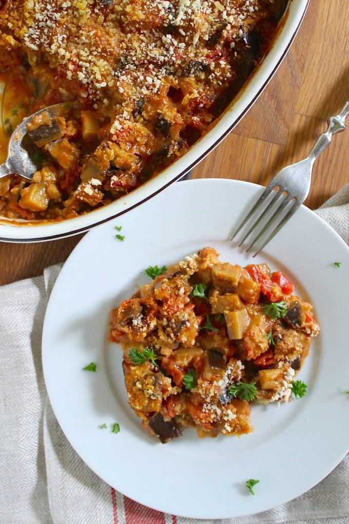 cazuela de berenjenas y tomates servida en un plato