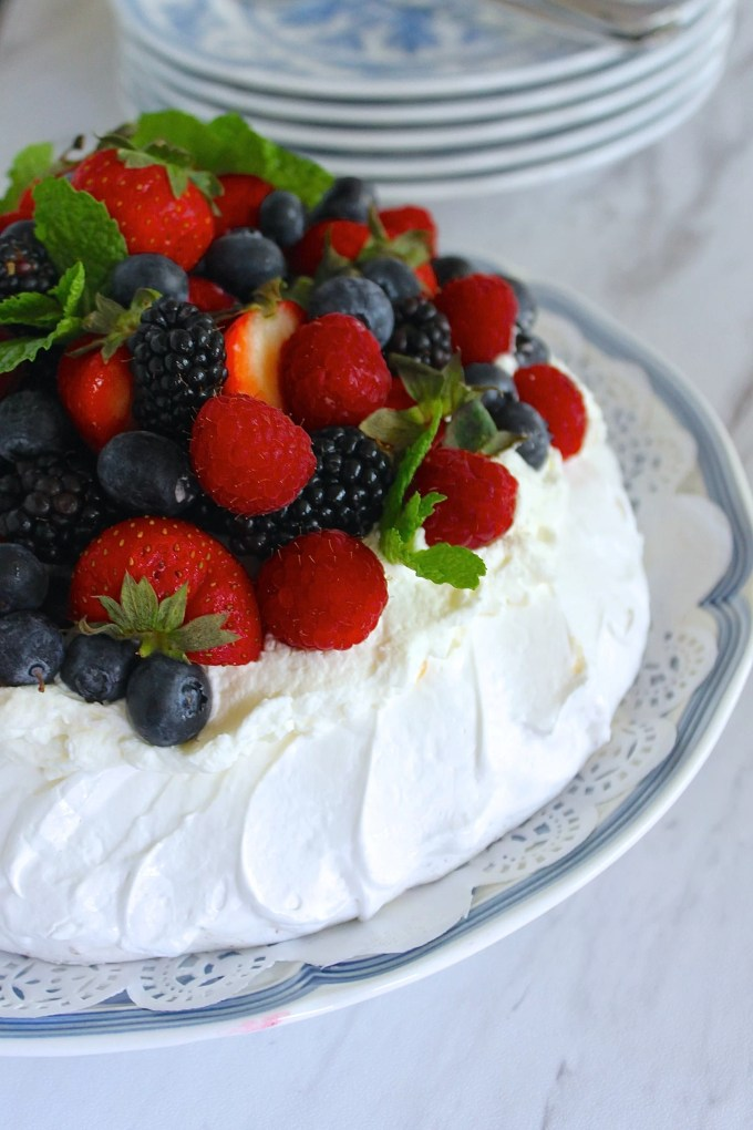 Pavlova with berries by enrilemoine