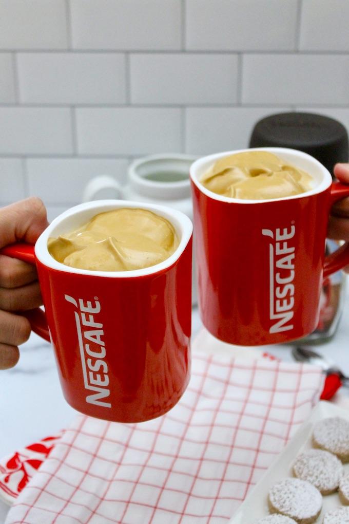 Dos tazas de Nescafé con Café Dalgona