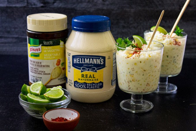 dos copas de esquites hechos con mayonesa Hellmann's