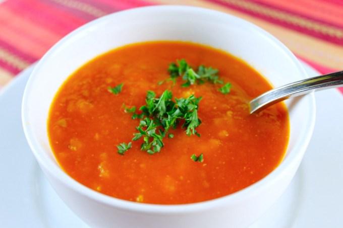 sopa de tomate al romero servida con un poco de perejil y lista para comer