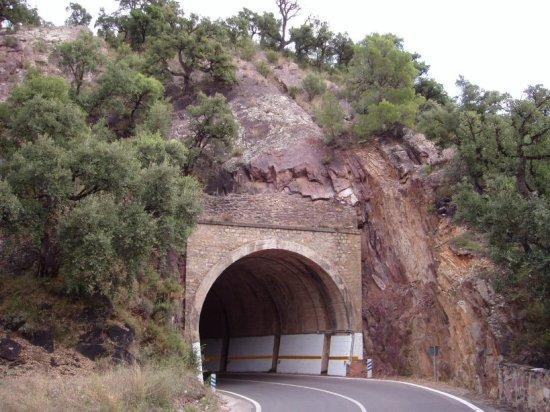 lazo carretero en túnel de la CV-223 entre Aín y Eslida, en Castellón - Boquilla superior