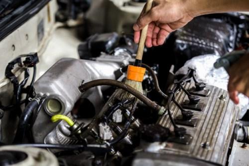coche-que-limpia-motor-limpieza-coche-que-limpia-usando-cepillo-caballo_39730-823