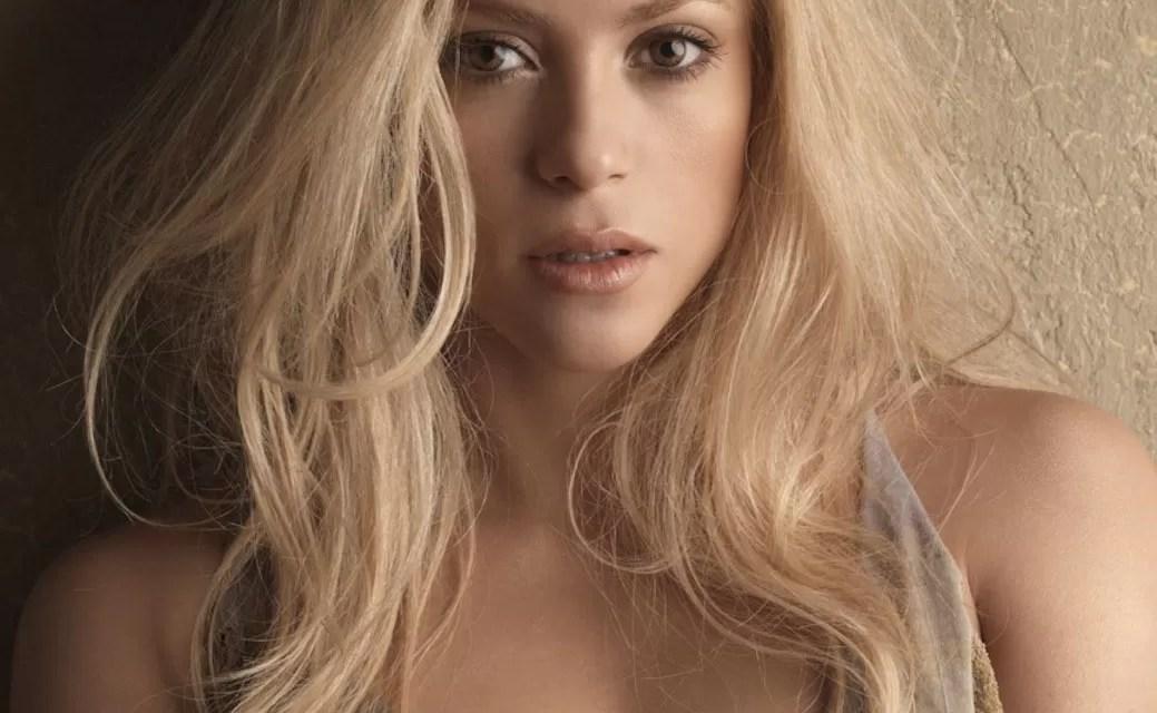"""Le dieron un """"Tumbe"""" a Shakira, fanático le quita un anillo durante un concierto (video)"""