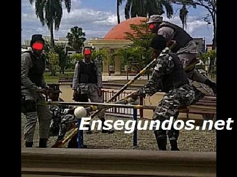 Policías montando columpio  mientras la delincuencia azota el país