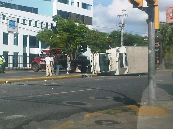 Foto del camión que se volteó hoy temprano en la Lincoln
