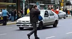 Buena idea! multar a quienes crucen la calle hablando por teléfono