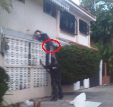 Observen detenidamente local: Si no hay escalera miren como el dominicano se la ingenia