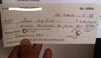 Un cheque misterioso al periodista José La Luz